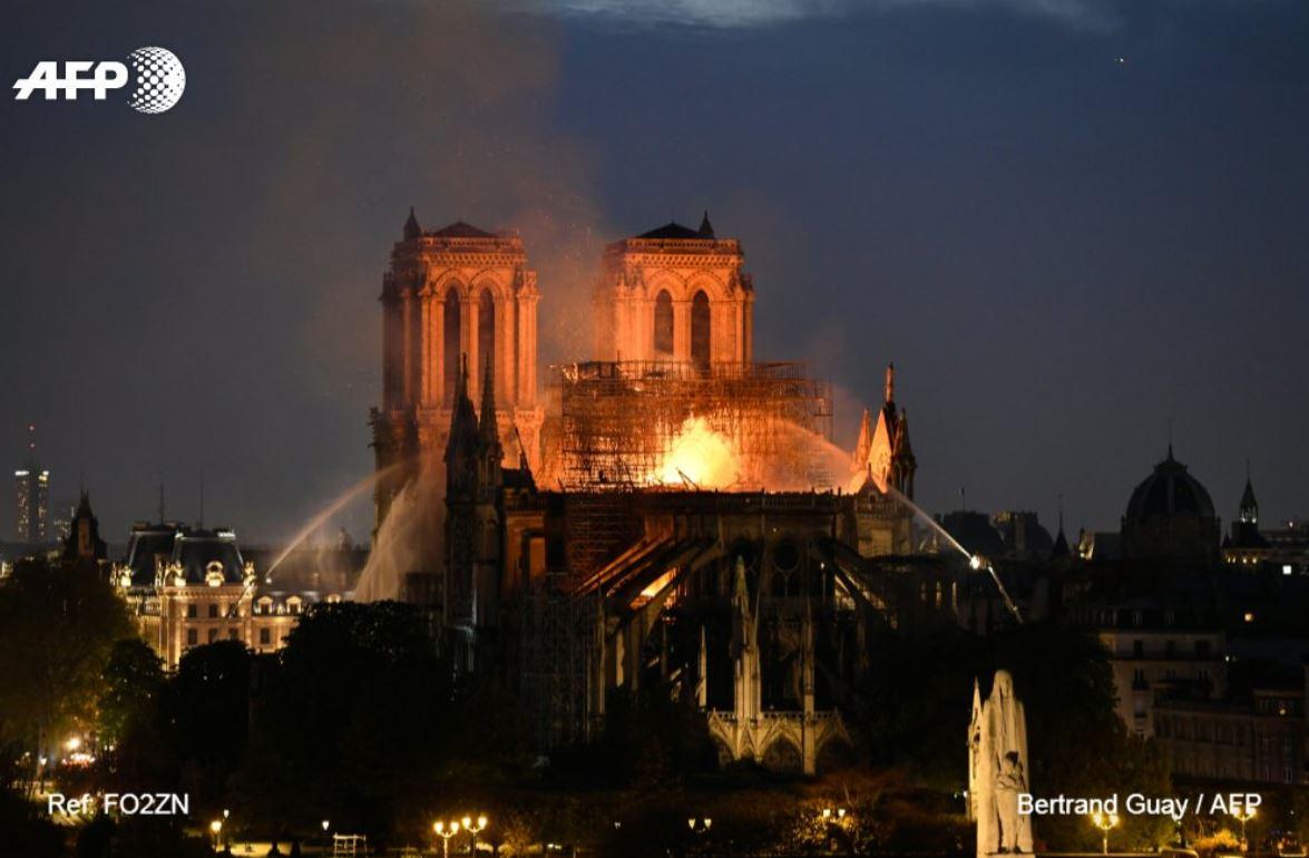 I dalje gori katedrala Notre Dame, glavna konstrukcija biće sačuvana