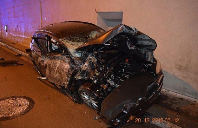 Ludom srećom preživio: Zaspao za volanom, udario u bankinu, pa odletio do vrha tunela