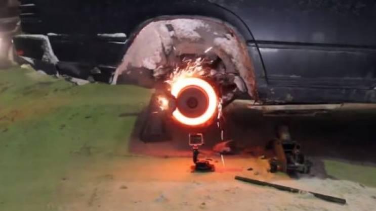 Evo šta se desi kada istovremeno duže stisnete gas i kočnicu
