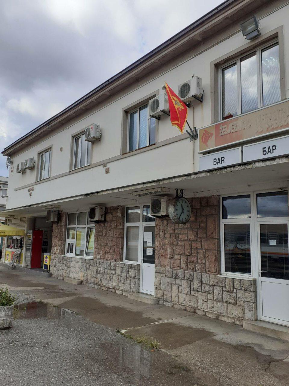 Nakon pisanja Antene M, zastava Crne Gore opet na Željezničkoj stanici u Baru