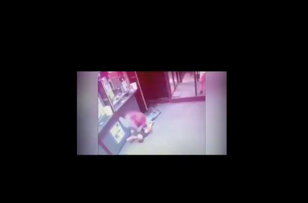 UZNEMIRUJUĆI SNIMAK: Brutalno pretukao mladića i polomio mu obje ruke