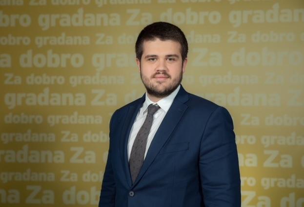 """Nikolić: """"Otac Gojko"""" zagazio u estradno - političke vode"""