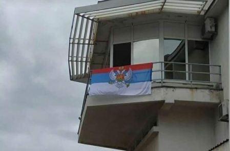 ŽICG:Vjetar i kiša pohabali zastavu CG, bez odgovora ko je postavio trobojku na stanici u Baru