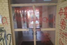 NDNV: Uvredljivi grafiti Gruhonjiću na ulazu u zgradu u kojoj živi