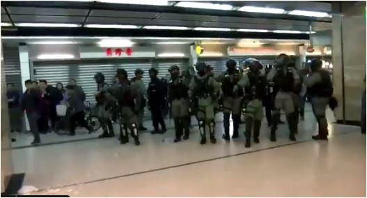 Policija Hong Konga upotrijebila sprej protiv demonstranata, uhapšeno više osoba