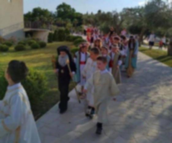 Nije vjera već ispiranje uma: Djeca u Amfilohijevom ruhu nose kapelicu koju žele na Lovćenu!