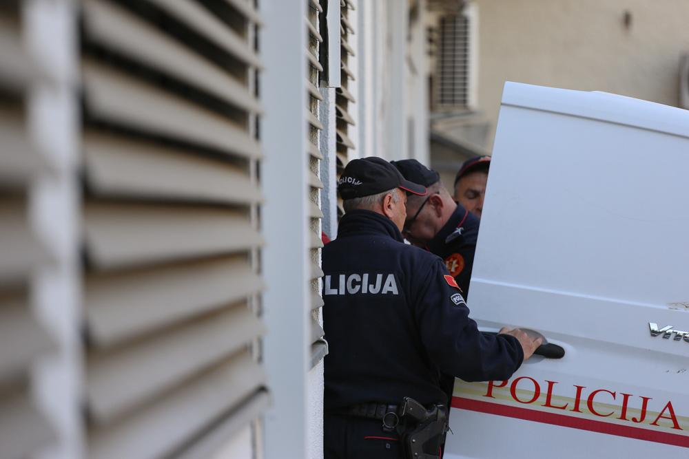 Zbog lijepljenja plakata sa pogrdnim nazivima u Podgorici uhapšene dvije osobe