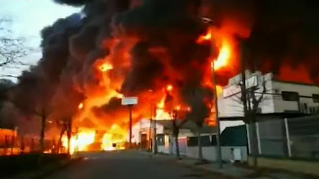 Gori fabrika hemikalija: Stanovnici ne smiju da izlaze napolje
