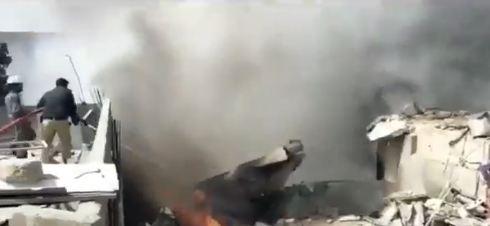 Novi bilans žrtava: Najmanje 97 mrtvih u padu aviona u Pakistanu