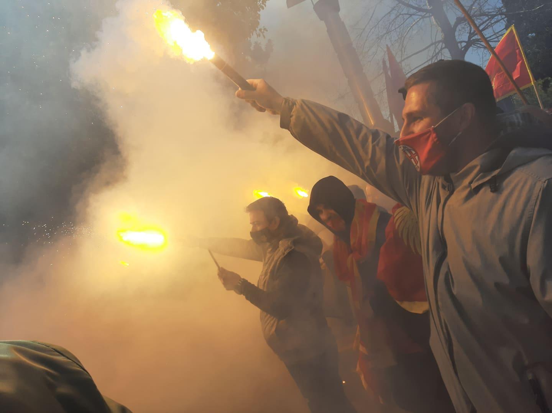 Protest ispred Vlade: Poručuju da se neće razići dok ne dobiju garanciju od Krivokapića da će odustati od odluke