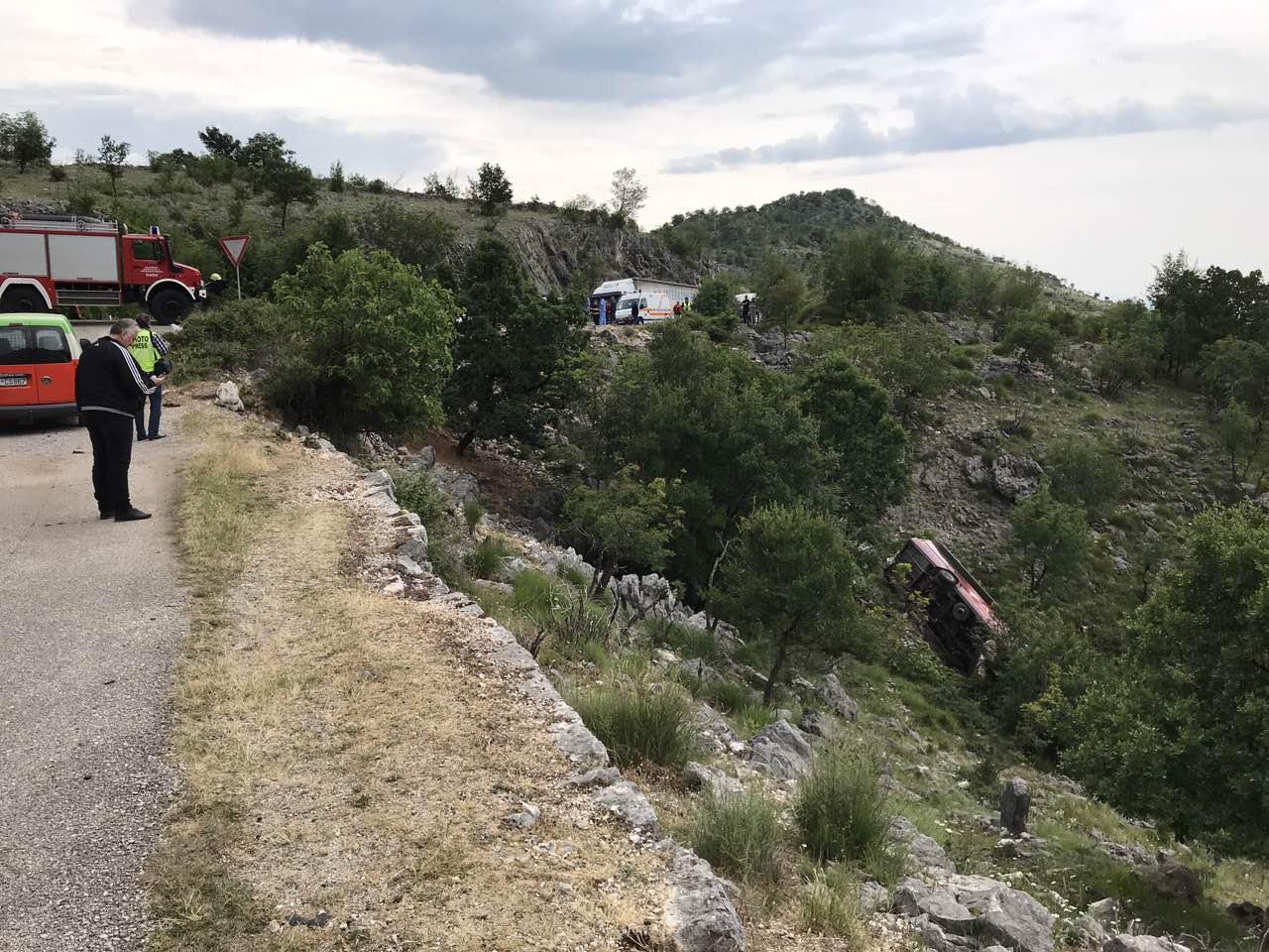 Teška saobraćajna nesreća na putu PG-NK, dvije mlađe ženske osobe poginule, najmanje 15 povrijeđenih