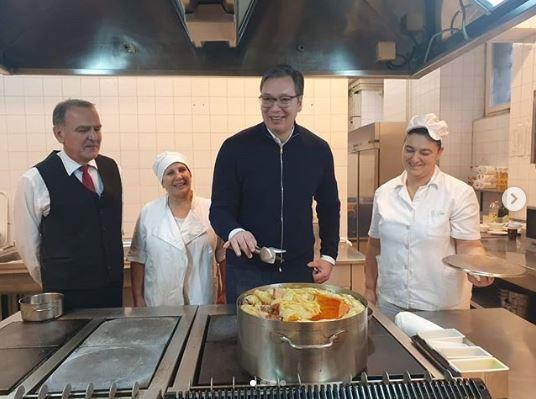 Otišao si, sarmu probao nisi: Vučić pomagao kuvarima
