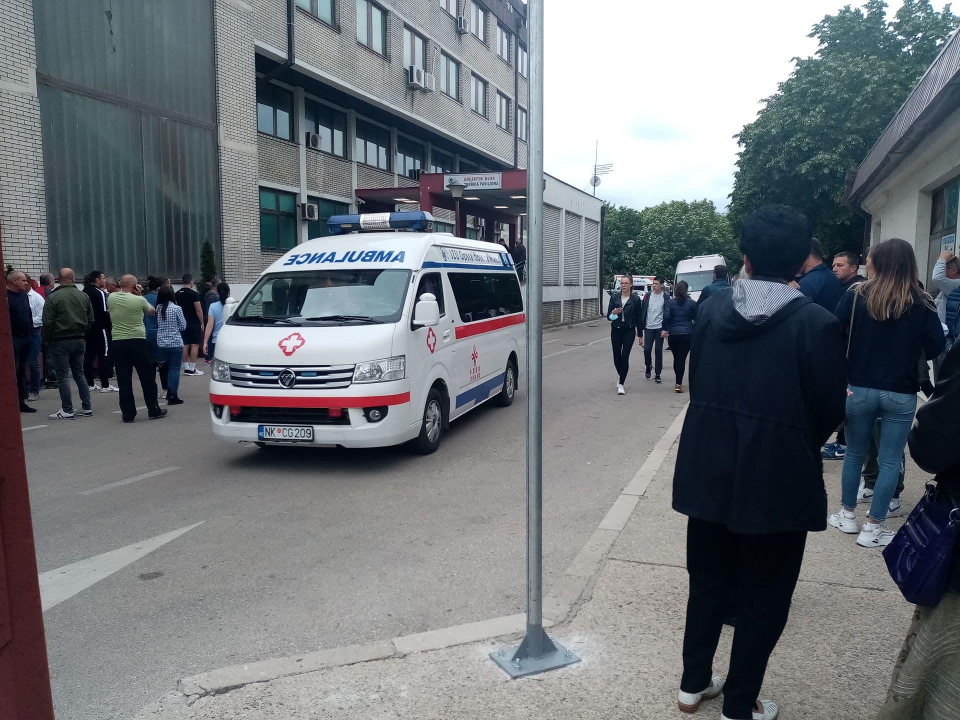 Građani ispred bolnice u Nikšiću: 150 ljudi prijavilo se da da krv za povrijeđene u nesreći na Bogetićima