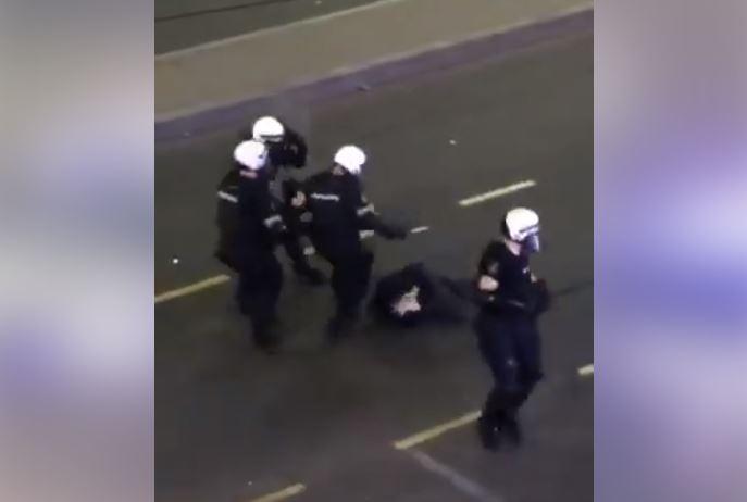 Uznemirujući snimak: Policija brutalno pretukla demonstranta i bacili ga nepomičnog na trotoar