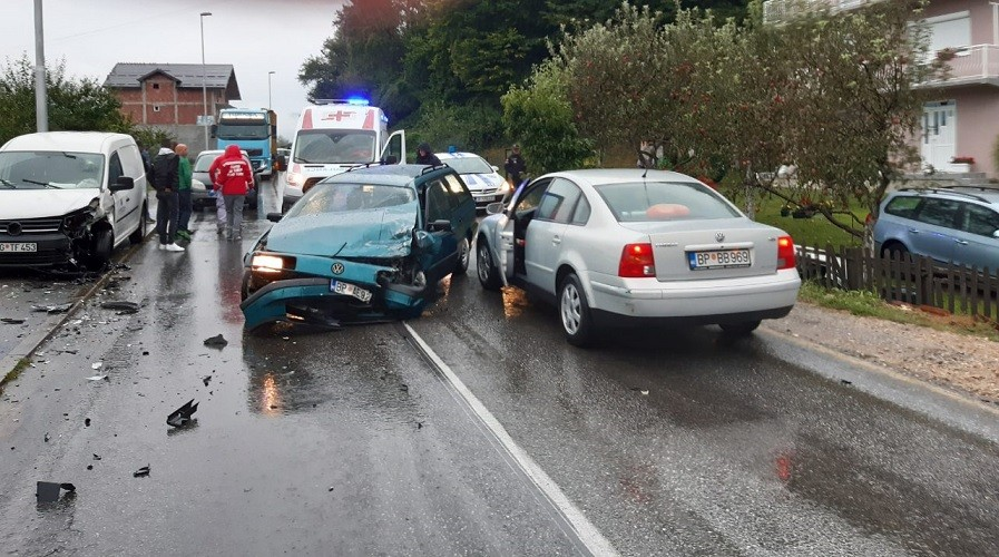 Dvoje povrijeđenih u sudaru automobila