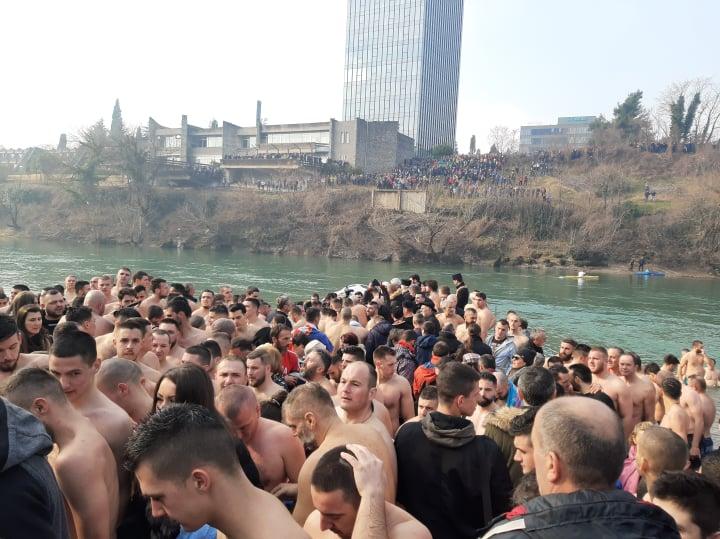 """Plivanje za krst uz zvuke """"Dogodine u Prizrenu"""" i poruke Amfilohija da se povuče Zakon"""