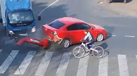 Pogledajte kakav sudar je preživio biciklista