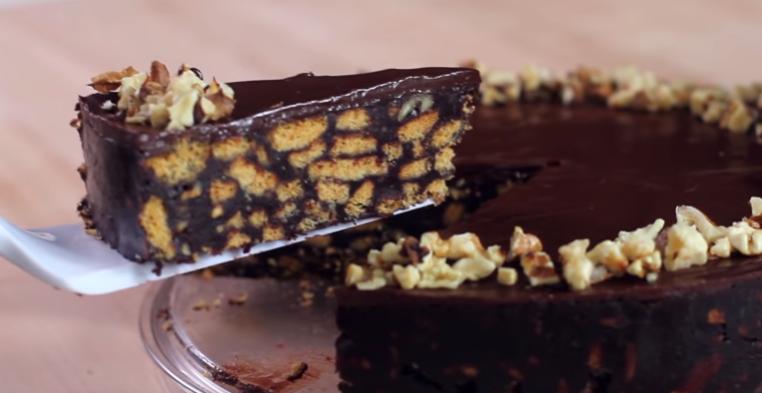 Brza torta koja se ne peče: Čokoladna fantazija sa orasima i keksom