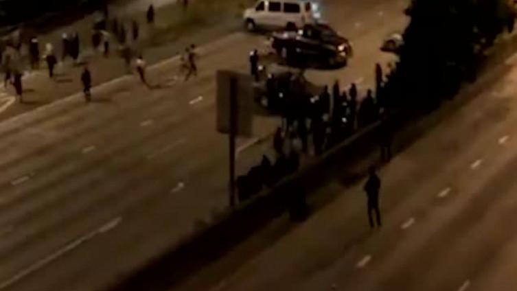 Objavljen i snimak: Vozač se automobilom zabio u demonstrante