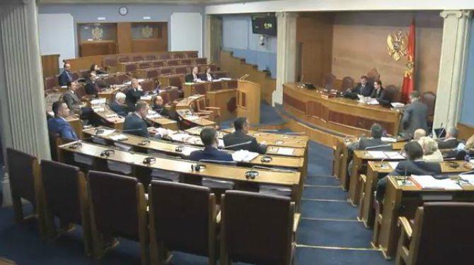 Incident u Skupštini, javna opomena za Kneževića, reagovalo i obezbjeđenje
