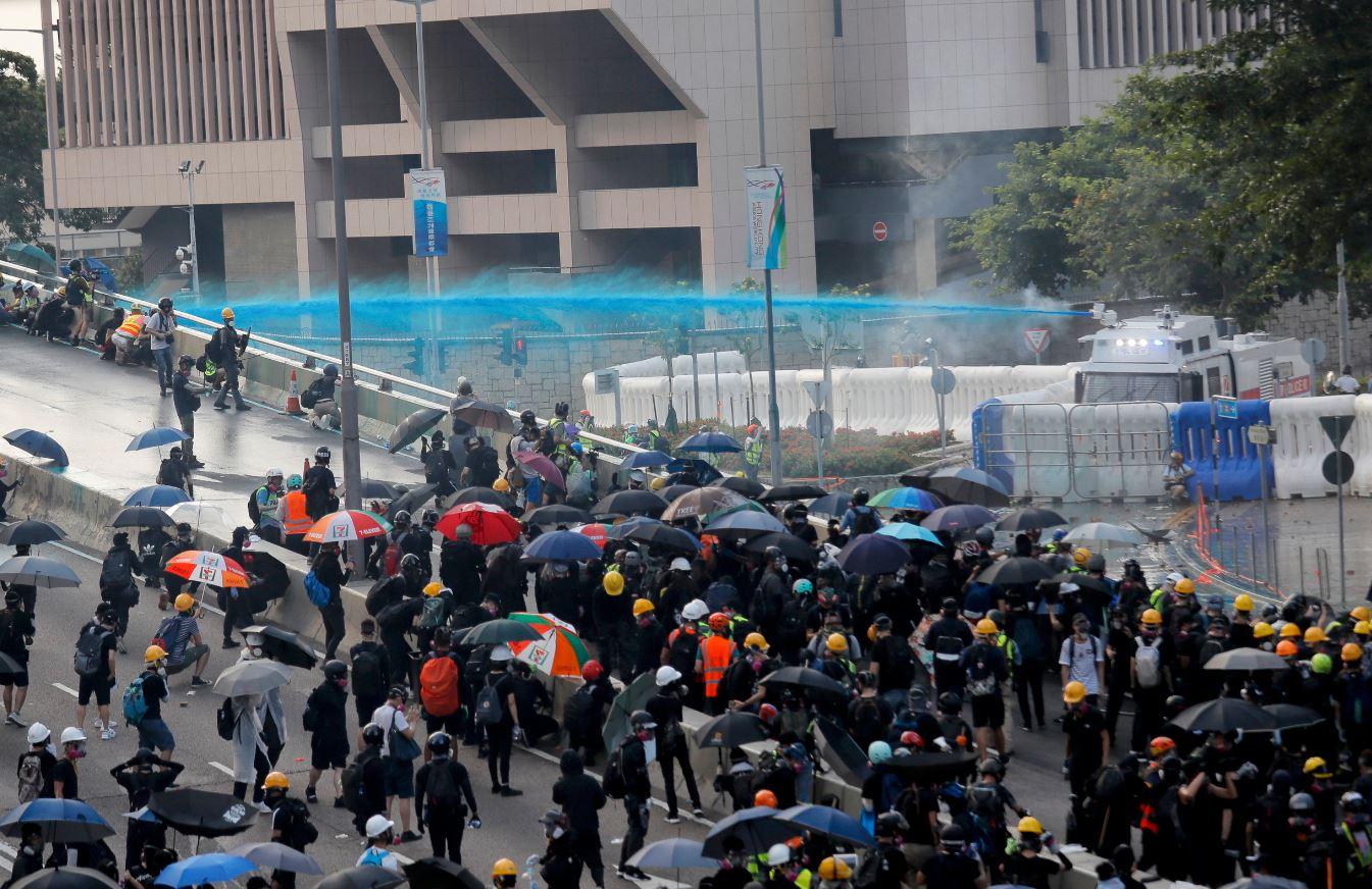 Policija upotrijebila suzavac i vodene topove protiv demonstranata u Hong Kongu