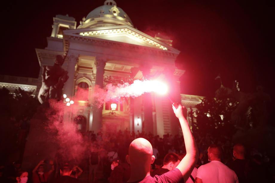 Haos u Beogradu: Pokušaj upada u Skupštinu, kamenice, baklje, suzavac...